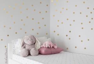 vinilos dorados motas para decorar paredes habitación