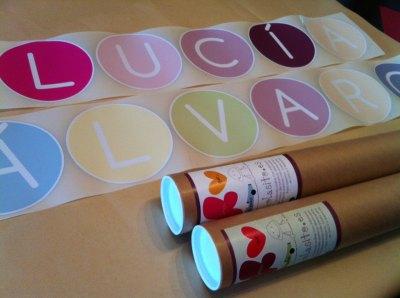 vinilos decorativos infantiles de círculos de colores para componer nombres