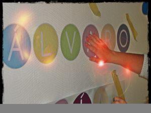 cómo colocar los vinilos en la pared paso a paso componiendo nombres