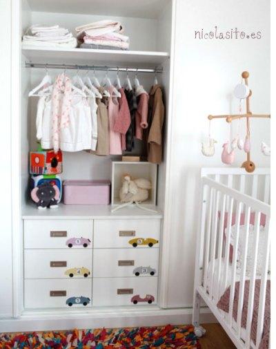 foto de cuarto de niña con vinilos de coches pequeños numerados y personalizados para dormitorio infantil