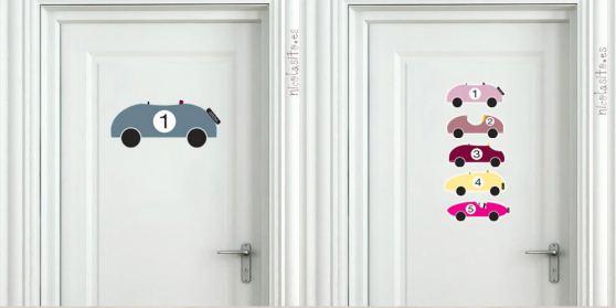 Vinilos de coches decorando las puertas de los dormitorios