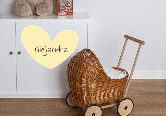 vinilo personalizado de corazón amarillo con el nombre para decoración cuarto de niñas o cuartos de bebés. nicolasito.es