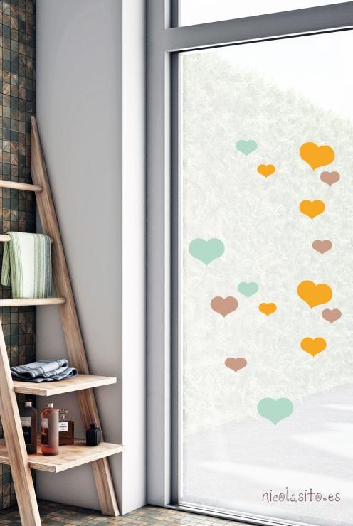 Vinilos de corazones bonitos infantiles y decorativos en la ventana de un baño. Nicolasito.es