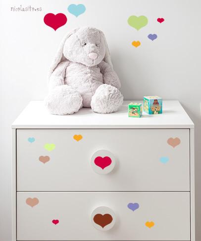 Muchos vinilos de corazones de todos los colores decorando una cómoda infantil. comprar vinilos decorativos en nicolasito.es