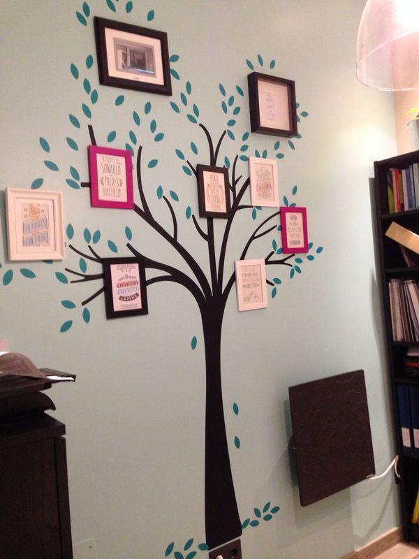 Árbol con cuadros con mensajes en sus ramas