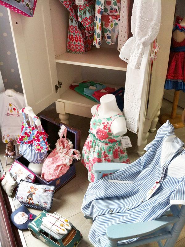 escaparate tienda de ropa infantil