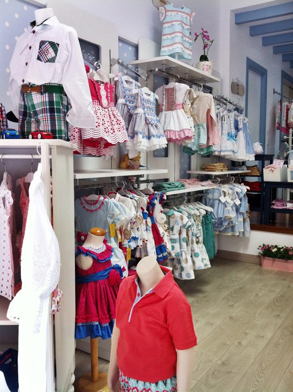 Vinilos infantiles para decorar una bonita tienda de ropa for Decoracion de almacenes de ropa