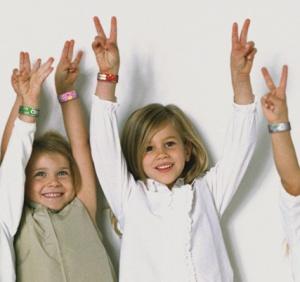 manos-ninos-pulseras2